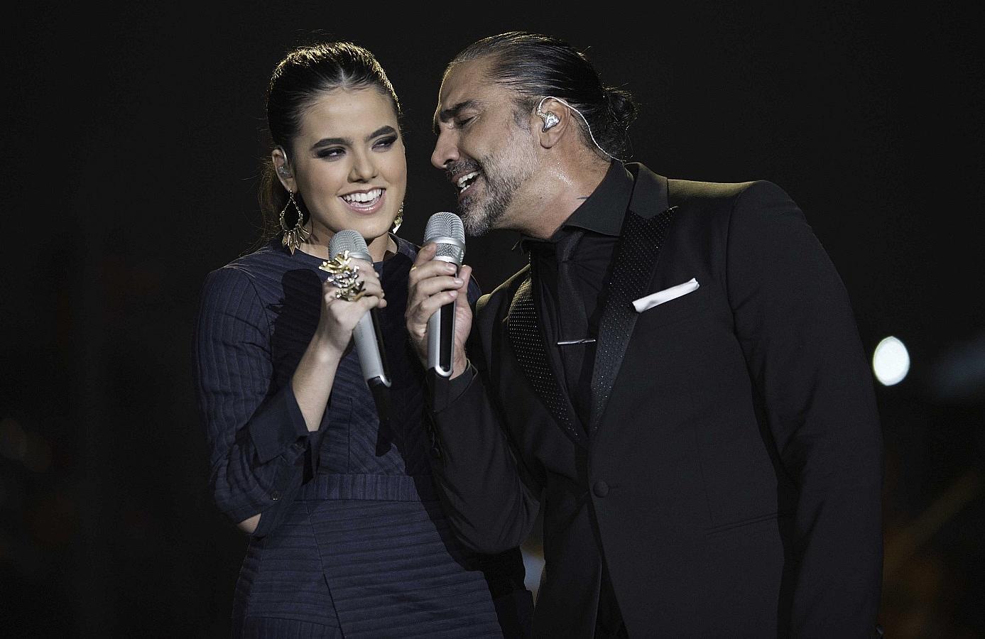 Alejandro fern ndez cant junto a su hija camila radio for Cancion en el jardin de alejandro fernandez